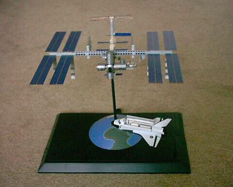 Unten die international space station iss wie sie einmal aussehen